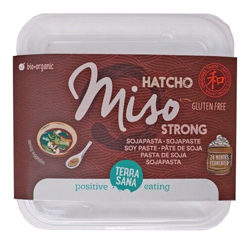 Hatcho miso, o miso de haba de soja de cultivo biológico. De Terrasana. 300 gramos. Se añade al final de la cocción de sopas y guisos, pero sin hacerlo hervir.