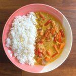 plato de arroz con pasta de curry amarillo vegano