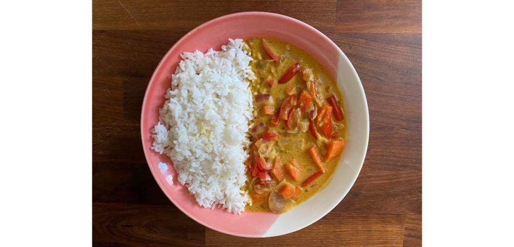 Arroz thai vegano con curry amarillo